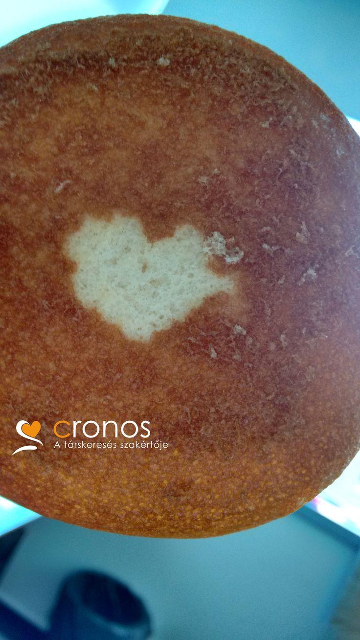 Ma még ez a süti is szerelmes hangulatba került a Cronos központi irodájában.