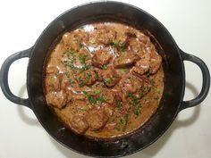 Porsaan ulkofile palapaistia kerma-pippuri-kanttarellikastikkeessa         700g porsaan ulkofilettä   1 iso sipuli   4 ...