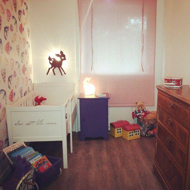Da var rommet ferdig! #møll #fargerike #jenterom #barnerom #kaninlampe #rådyrlampe #skuvseng #lillaogrødedetaljer #interiør #brukt #arv #lop...