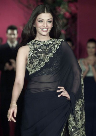 BOLLYWOOD STAR AISHWARYA RAI PRESENTS AN ETHNIC OUTFIT BY INDIAN DESIGNER SHAHAB DURAZI DURING A SHOW IN BOMBAY