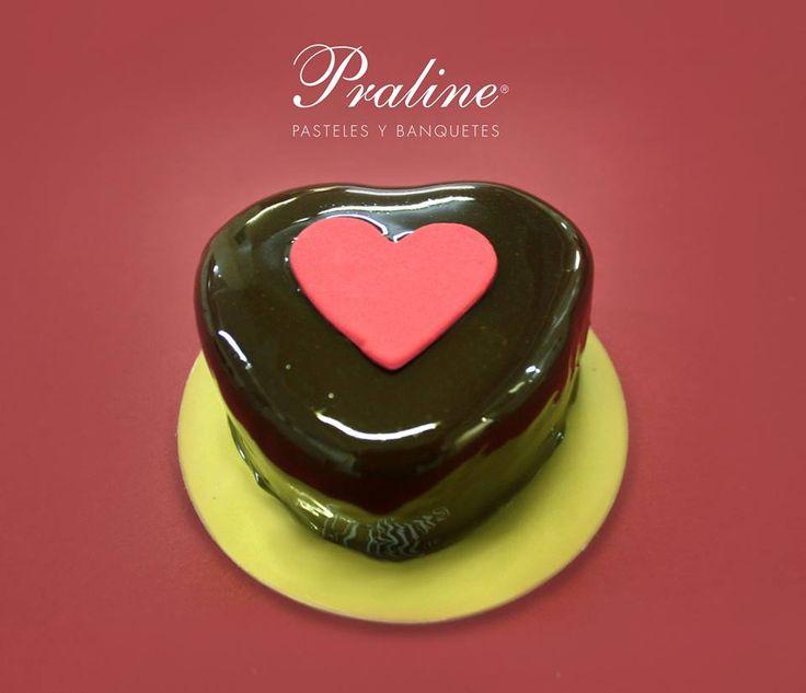 Mini pastel de corazón: pan de chocolate relleno de mouse de fresa, cubierto con chocolate.