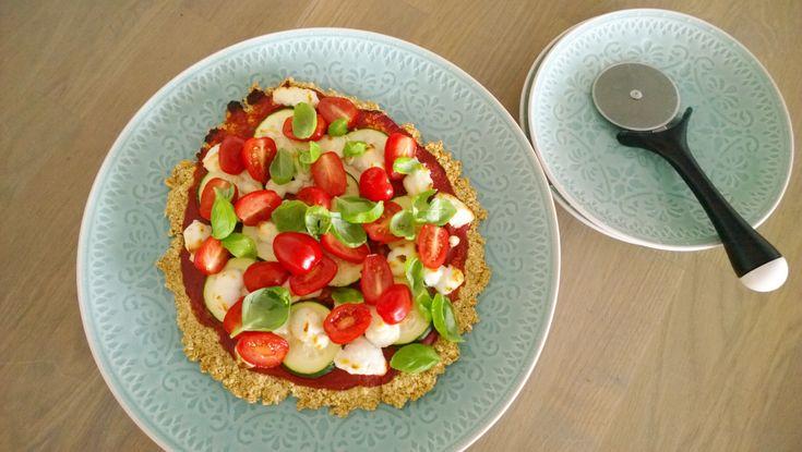De havermout ontbijtpizza die ik vorige week maakte bracht me op een idee. Naast een zoete (ontbijt)pizza kun je natuurlijk ook een hartige (diner)pizza maken van havermout. De havermoutbodem is(v…