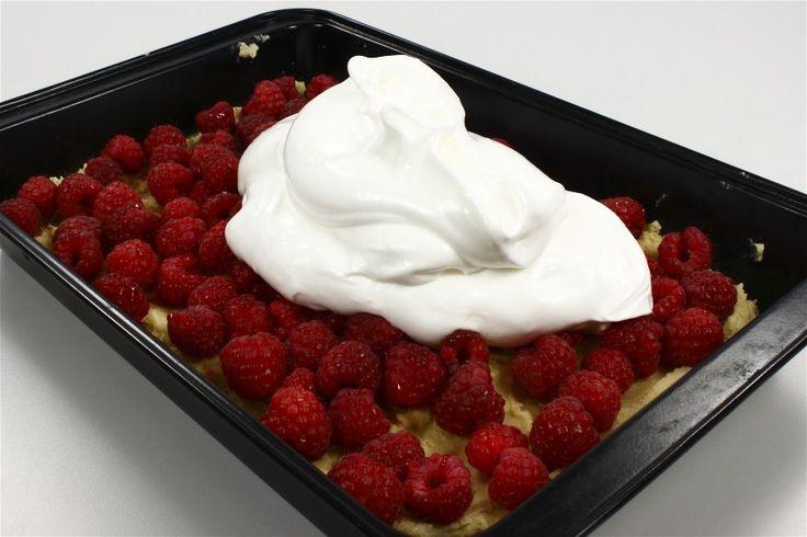 Kage: <BR> Rør smør og sukker lyst. Rør æggeblommerne i en ad gangen. Bland melet med bagepulveret og vend det i dejen. <BR> <BR> Bred dejen ud i en velsmurt form (20 gange 30 cm.) eller en  lil
