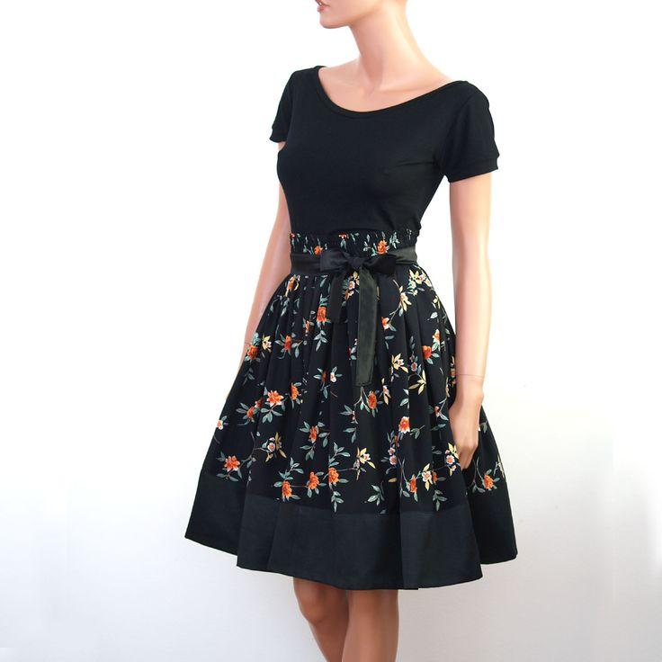 Elegantní komplet ve stylu 50let- květy/černá Komplet se skládá z elastického trička slodičkovým výstřihem, bohatě řasené sukně zdobené černým saténem a k tomu saténový pásek.. Extra ženská silueta, zároveň moc pohodlné diky všité gumičce v pásové oblasti. V zadné části sukně zip.