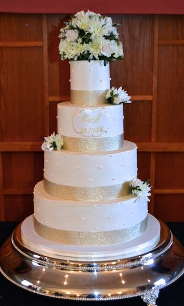 wedding cake with gold ribbon white wedding cake with fresh flowers and gold ribbon 26902