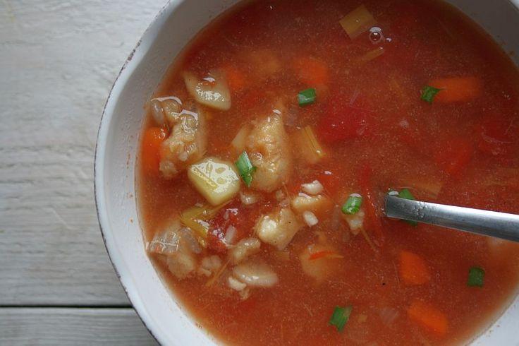 Zupa rybna z pomidorami.