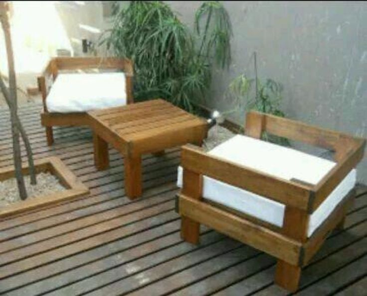 Sofá em pallers com acento e almofadas em futom.  espuma D33 de 10 cm ortobom  tecido impermeável aquablook Karsten