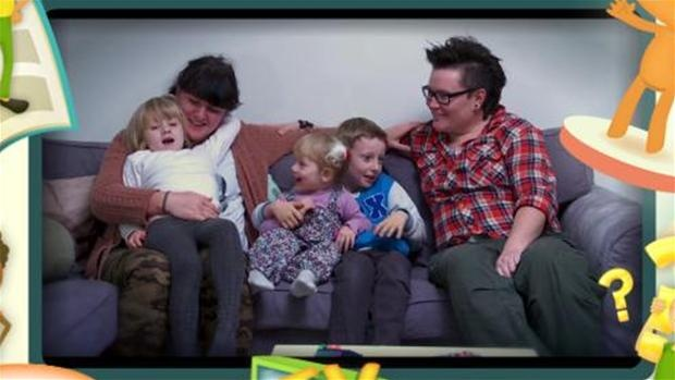 """DF: Undervisningsvideo med lesbiske kan skade børn: """"En undervisningsvideo med en dansk dreng, der bor i en homoseksuel familie, vækker stærk forargelse hos Dansk Folkeparti. Bag videoen står Sex & Samfund, og meningen er, at den skal oplyse om andre familieformer end kernefamilien som en del af seksualundervisningen i folkeskolens yngste klasser."""" 2013 02 01."""