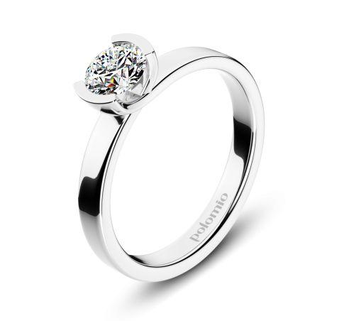 ZÁSNUBNÍ PRSTEN GLASGOW Polomio Jewellery. Jednoduchý, čistý, moderní, nadčasový….takový je prsten Glasgow.  Jeho design dává vyniknout především jasu a třpytu kamene, který ho zdobí. Širší hladká obroučka jenom podtrhuje jeho podmanivou krásu. Zásnubní prsten je možné obědnat v červené, růžové, bílé a žluté barvě zlata. Zásnubní prsteny jsou osazeny zirkony, brilianty, nebo moisanity.