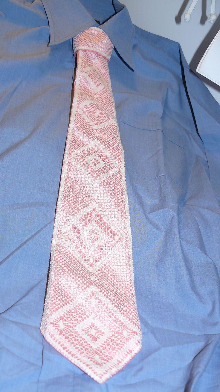 Corbata con fondo rosado.