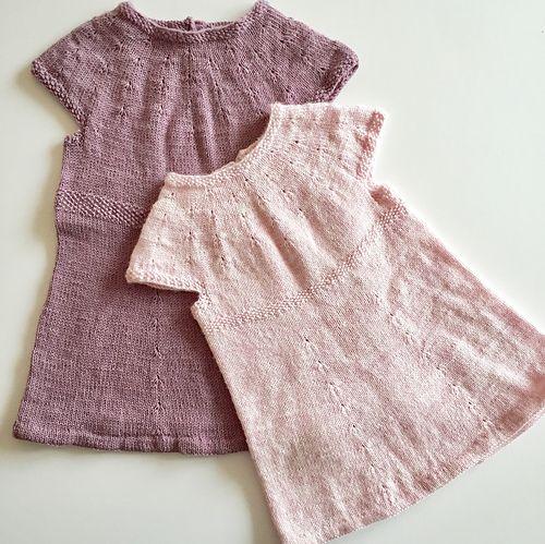 Klokkeblomstkjolen er en kjole/tunika til små piger. Med dens enkle snit og korte ærmer er den perfekt over en body og et par strømpebukser, så kroppen holdes varm, og barnet kan lege frit. De små dekorative udtagninger gør kjolen fin og feminin, samtidig med at den er enkel.