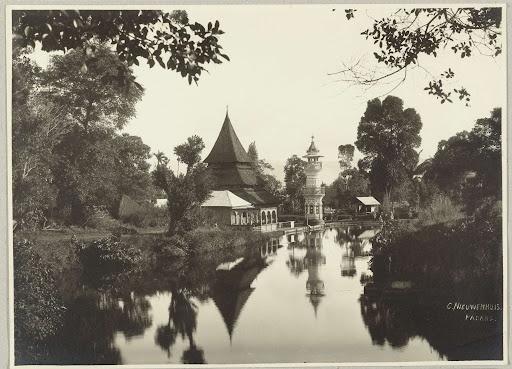 Een moskee of Mesjid met minaret gelegen aan het water op Sumatra., Christiaan Benjamin Nieuwenhuis, 1890 - 1912