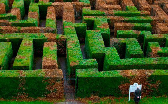 Лабиринт Тракуэйр (Traquair Maze), Иннерлэйтен (Innerleithen), Шотландия Один из крупнейших хедж-лабиринтов в Шотландии был посажен в 1981 году в задней части территории замка Тракуэйр (самого старого жилого дома в Шотландии). Ежегодно в лабиринте проводится охота за пасхальными яйцами — очень популярная забава среди туристов и местного населения.