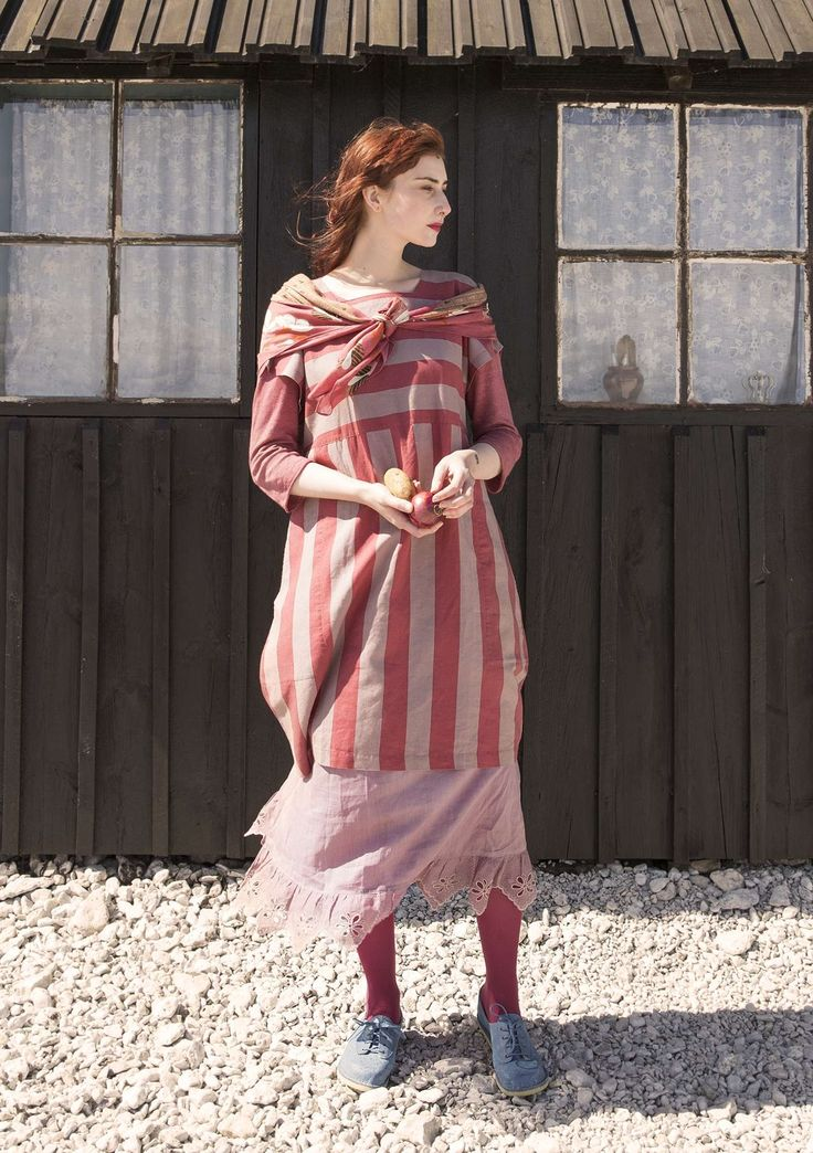 Here comes a dress with character! The woven quality in linen/cotton is comfortable to wear. The graphic block stripe changes direction at the yoke, and the model has spacious pockets, short sleeves and a square neckline.