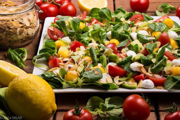CYTRYNOWE ORZEŹWIENIE. Sałatka z roszponką, mango, awokado, pomidorkami, mozzarellą, płatkami migdałowymi i olejem lnianym o smaku cytryny.