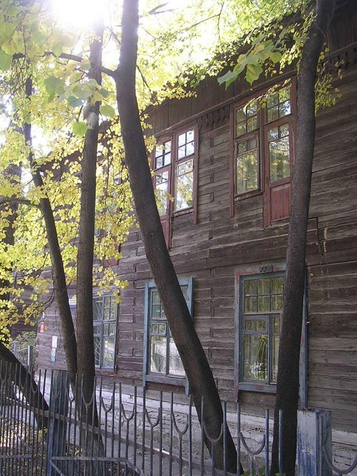 Старый  деревянный  дом.
