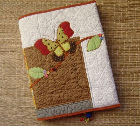 Capa para caderno universitário em patchwork confeccionada em tecido de algodão, estruturada com manta acrílica, com aplicações e marcador de páginas. Medidas aproximadas :27 cm X 46 cm (capa aberta) Cabe um caderno universitário de 200 fls . R$ 68,00
