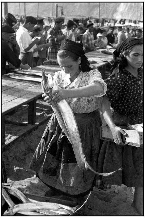 Henri Cartier-Bresson - PORTUGAL. Estremadura. Nazare. 1955.