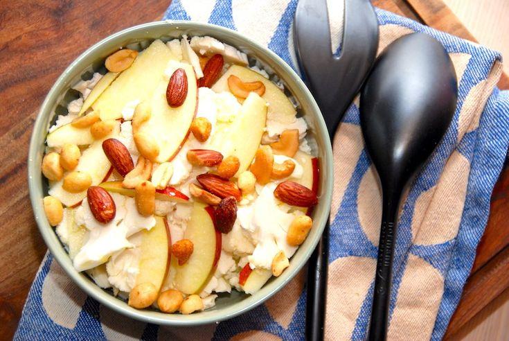 Prøv salat med rå blomkål, der snittes i helt tynde stykker, og blandes med æbler, nødder og friskhakket persille. En god salat.  Dette er en opskrift på salat med rå blomkål, som jeg synes den skal