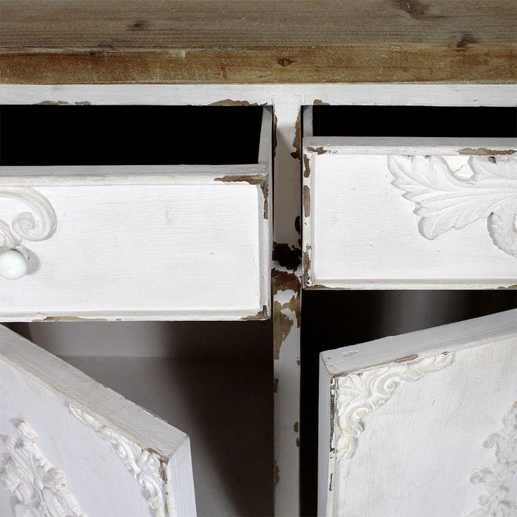 Ce buffet enfilade 3 portes bicolore bois et blanc a un style unique qui sera apprécié des amateurs de meubles anciens. Son aspect vieilli avec finitions patinées lui donne un aspect authentique, comme si le meuble avait une histoire. Le buffet comporte des motifs élégants avec ses moulures décoratives style vintage. Fonctionnelle, l'enfilade bois massifvous sera utile avec ses 3 portes et 3 tiroirs. Elle vous permettra de ranger linge de maison, vaisselle et autre équipement de la maison…