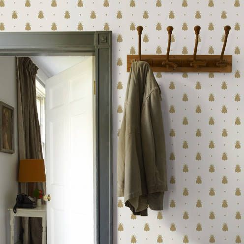 Quirky bee motif in Farrow and Ball's Bumblebee #wallpaper pattern. Unique enough to make a bold statement, but small enough for versatility.