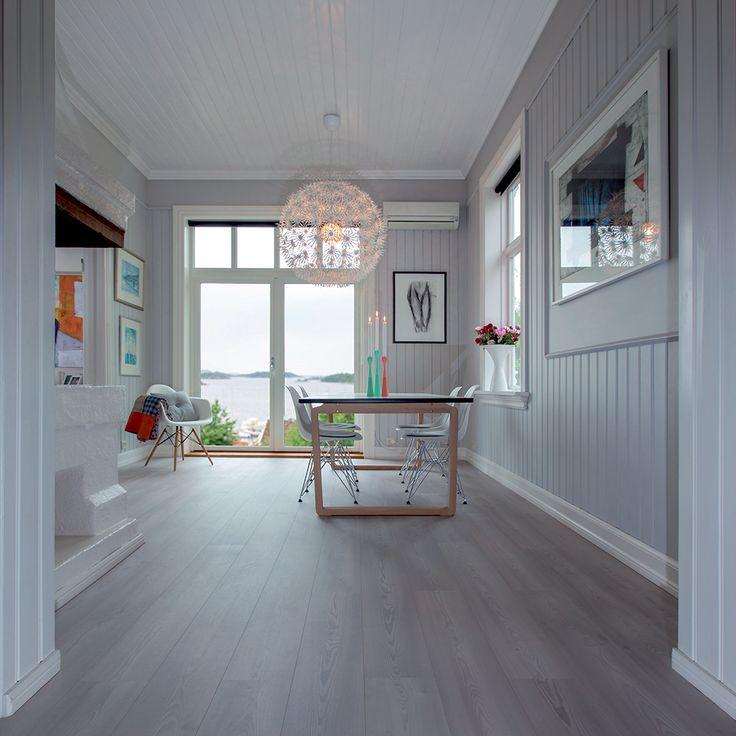 Nordisk stil og design. Vælg et BerryAlloc gulv. BerryAlloc Original Sølv Fyr Højtrykslaminat er super holdbart.