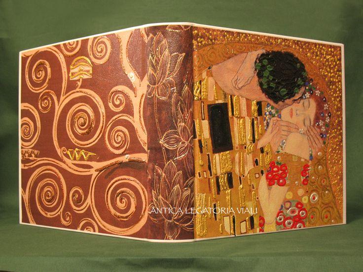 Album fotografico rilegato con tela dipinta ad olio fornita dal cliente.  Dimensioni cm 35 x 35 - 50 fogli #legatoria #legatoriaviali #viterbo #rilegature #bookbinding #bookbinder #rilegatura #artesan #artigianato #artigiano #italie #italia #libri #books #artigianatoartistico #rilegatore #orvieto #roma #tusciaviterbese #tuscia #fotografia #reliure #albumfotografico #foto