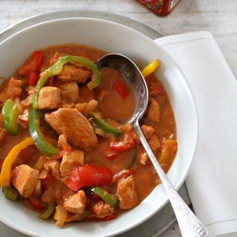 Paprikakylling er så enkelt som det høres ut som – kylling i en saus krydret med paprika med gul, rød...
