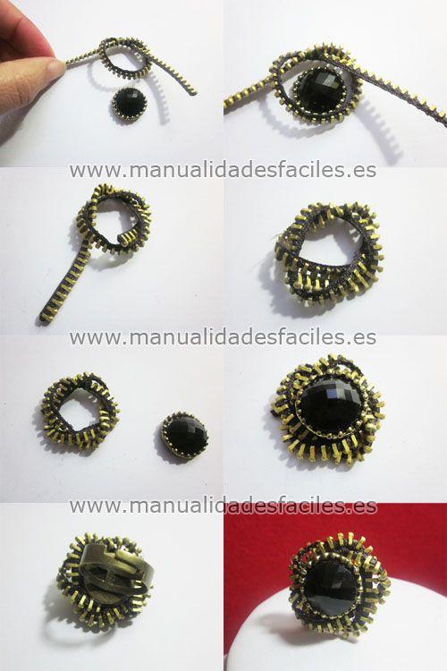 Necesitaremos:      -una cremallera de unos 20 cm aproximadamente      -una base de anillo (lo puedes adquirir en nuestra tienda online )      -piedara o abalorio      -tijeras, silicona            Abrimos la cremallera y cortamos los eslabones metálicos ...