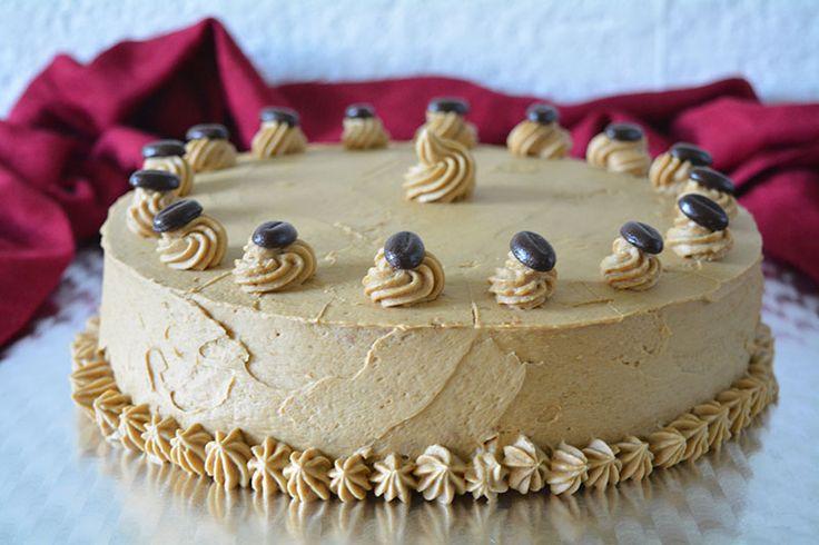 Ein Rezept mit ausführlicher Anleitung für eine Mokkacreme Torte mit hellem Boden. Die dreistöckige Torte kann man gut vorbereiten und Transportieren.