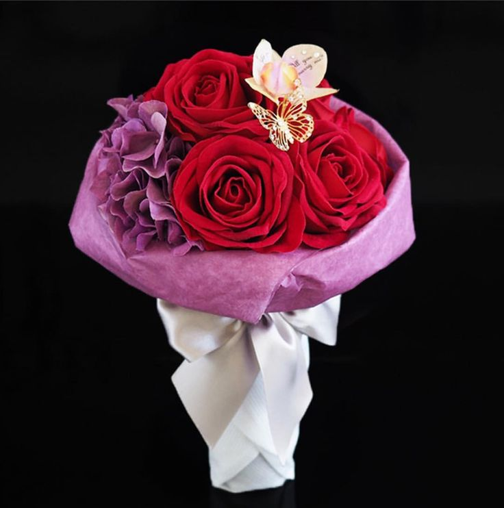 . プロポーズで渡すのに適した花といえば赤いバラ🌹 「あなたを愛する」「情熱」が花言葉です。 108本の花束で「結婚してください」を意味します💝 出典:http://mens.meria-room.com/ #プロポーズ#花束#赤いバラ#ring#指輪#サプライズ #ブライダル#ウェディング#ウェディングニュース#セレクトショップ#garden指輪#garden#姫路#結婚指輪大阪#プレ花嫁#全国のプレ花嫁さんと繋がりたい