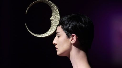 A cool Philip Treacy headpiece on the stunning Erin O'Connor... Looking forward to seeing how she rocks racing style in Leopardstown next Feb on Hennessy Gold Cup day, I'm thinking lots of structure...