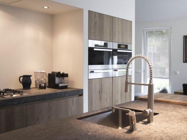 Keuken | Gerookt eiken met witte stollen wanden en spoeleiland Door Kaatjekook