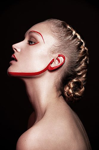 Photo : Sarah Ford for Razor Red Magazine, makeup Eva Roncay, hair Yazoue