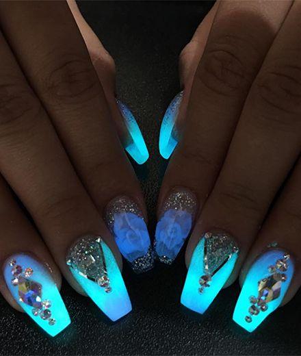 Diese Nägel leuchten im Dunkeln