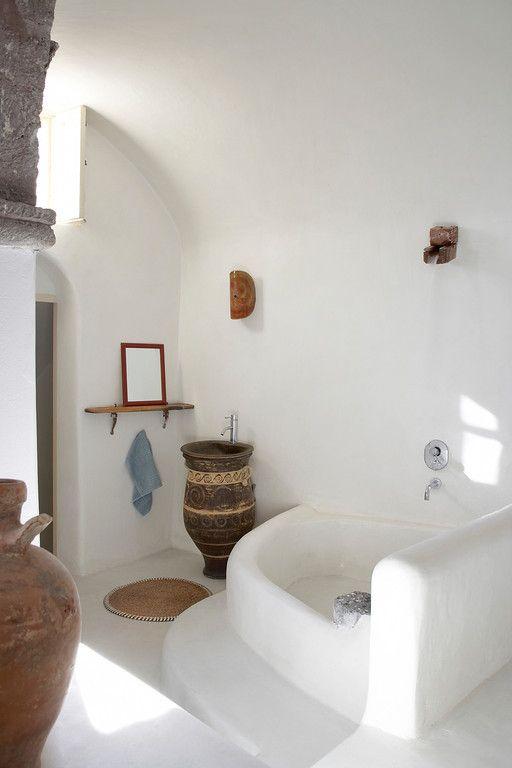 Baño Estilo Mediterraneo:Un bonito baño de una casa en Santorini, Grecia #baños #rusticos