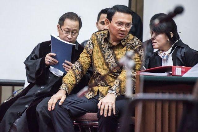"""Ahli pidana: Ahok lompat pagar menyinggung agama orang lain  Nusantarasatu.net - Pakar hukum pidana dari Universitas Islam Indonesia (UII) Mudzakkir menyebut Ahok telah lompat pagar dengan sengaja menyitir Al Maidah 51 untuk menyinggung pemeluk agama lain. """"Sifat jahatnya tampak dari situ. Criminal intension-nya itu"""" ujar Mudzakkir saat menjadi saksi ahli pada sidang kasus penistaan agama yang digelar di auditorium Kementerian Pertanian Jakarta Selatan hari ini. Pada sidang kesebelas perkara…"""