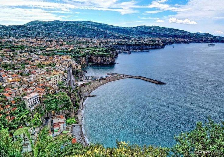 Sorrento Romantiska Sorrento vilar en bergsplatå på Neapelbuktens södra udde. Trots att stränderna är relativt få och svårtillgängliga är staden en populär badort. Om man inte väljer en längre vistelse här är den definitivt en stad värd att kombinera med ett besök till närliggande Capri, Neapel eller Amalfikusten.