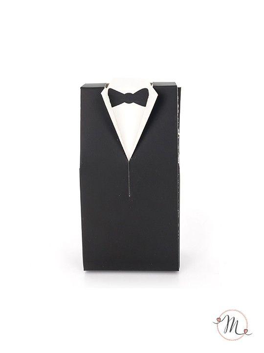 Box Sposo Innamorato. Box portaconfetti a forma di sposini innamorati. Ideali come segna posto e/o segna tavolo. Il prezzo è riferito al singolo pezzo come in foto. Misure: h 10 cm. Capienza: 3/4 confetti classici. Ordine minimo 10 pezzi e multipli di 10. In #promozione #bomboniere #matrimonio #weddingday #ricevimento #wedding #sconti #offerta #box #portaconfetti #segnaposto