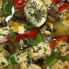 OVENSCHOTEL KIP (voor twee personen)  Benodigdheden: 300 gram biologische kip 2 zoete aardappels Halve rode paprika Halve groene paprika champignons Halve courgette Verse rozemarijn en tijm Knoflook Optioneel: kaneel Olijfolie