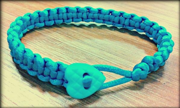 Düğmeli renkli makrome bileklik modellerini sizlerle buluşturuyoruz,  sizler için oluşturduğumuz rengarenk koton ipten yapılmış kalp düğmeli mavi renkli kalın makrome bileklik   modeline bayılacaksınız..Ürüne http://www.rainbowaksesuar.com/kalin-mavi-makrome-bileklik/ adresinden ulaşabilirsiniz.
