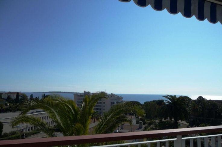 Trés bel appartement en dernier étage d'une petite résidence de standing sécurisée et gardiennée, avec piscine et parc, à 100m des plages et proche des commerces. Trés lumineux, dans un état exceptionnel, terrasse 47 m² Sud/Ouest, traversant. Vendu avec 1 garage double avec rangements partie cave. Vente - achat - appartement dernier etage - proche plages - Cannes