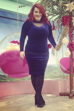 """Η αγαπημένη μας Κατερίνα Ζαρίφη επέλεξε να φορέσει στην εκπομπή """"καφές με την Ελένη"""" ένα #PlusSize midi βελούδινο φόρεμα σε ρουά χρώμα και μπότες over the knee!"""