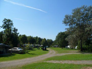 Iets grotere camping, maar geweldig veel ruimte en vlak bij Maastricht. Met de fiets ben je er in 20 minuten.