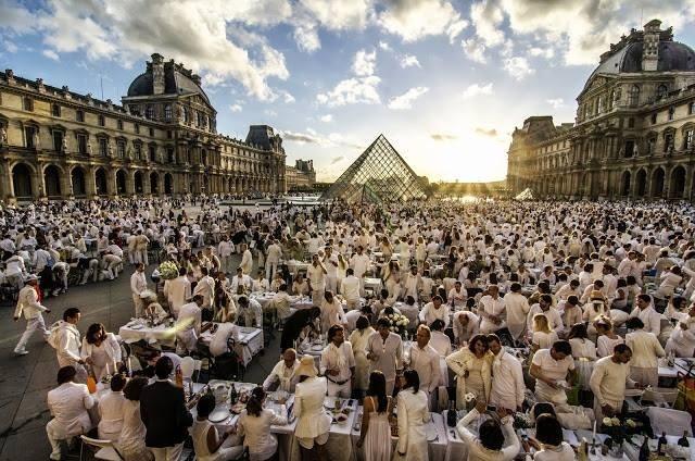 Le dîner en blanc à Paris devant la Pyramide du Louvre #dinerenblanc