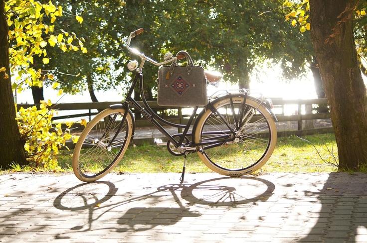 Torebka wykonana z grubego filcu. Główną ozdobą jest kolorowy haft inspirowany białoruskim folklorem - Słowiański ornament (autorski wzór marki Farbotka). Torebka w kształcie kuferka. W środku ma grubą pikowaną podszewkę, jedną małą kieszonkę na zamek oraz kieszonkę na komórkę.  http://www.e-walizki.pl/produkt/kuferek-farbotka-334.html