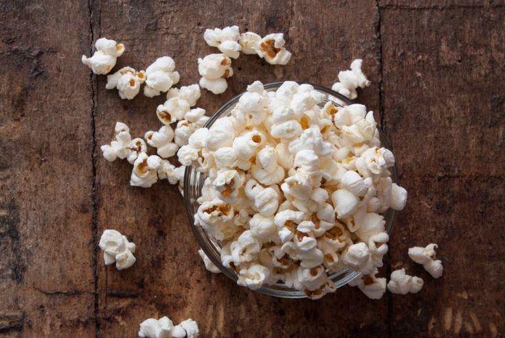 Découvrez comment faire du maïs soufflé maison au micro-ondes, avec un simple sac de papier, un peu d'huile et quelques assaisonnements.
