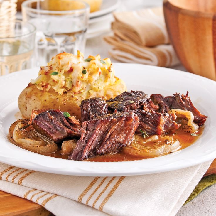 Lorsque le rôti est bien cuit, le bœuf s'effiloche et s'imbibe d'un délicieux bouillon sucré et bien relevé.