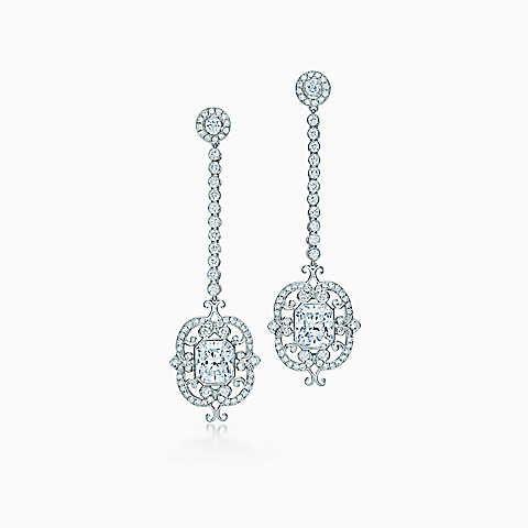 Orecchini pendenti con diamanti Lucida®, in platino.
