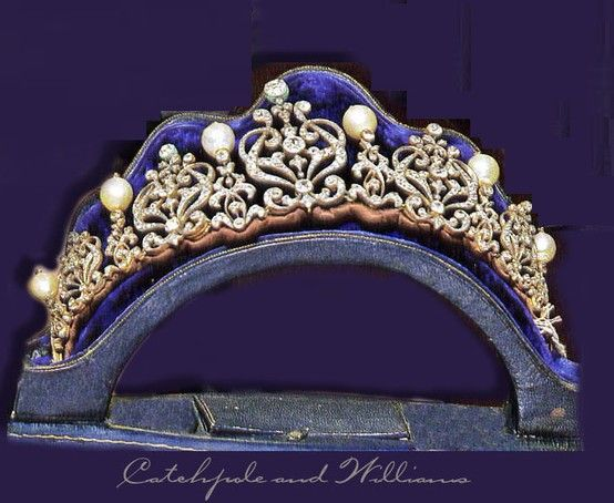 "Beaumont tiara of diamond and pearl, part of the collection of Imelda Marcos. ""Una tiara de perlas y brillantes, perteneciente a la colección, en un momento de la tasación. La ex primera dama filipina ha afirmado que sus abogados se preparan para presentar un mandamiento judicial en un Tribunal de Manila para detener la subasta, ya que, según ella, es ilegal."" (She was trying to get an injunction against the sale of the jewels.)"